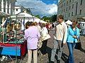 Hansalaat Tartu raekoja platsil, vasakul ehtelett, taamal National Geographicu reklaamaken, 20. juuli 2013.jpg