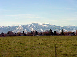An image taken from Heyburn, Idaho, looking South towards the Albion Mountains surrounding آلبیون، آیداهو