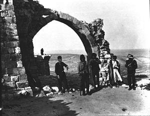 Shoubak revolt - Inhabitants of Shoubak surrounding ruins of a church in 1900.