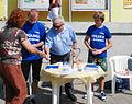 Józef Korpak z wolontariuszami podczas Błękitnej Soboty w Bytomiu (6124215098).jpg