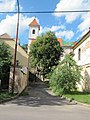 Jaroslavice, ulička ke kostelu.jpg