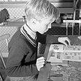 Jongen bezig met een postzegelverzameling, Bestanddeelnr 252-8771.jpg