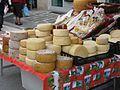 Käse auf einem Straßenmarkt in Gallicano, Italien.jpg