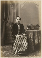 KITLV 10003 - Kassian Céphas - Javanese women in court dress, belonging to the family of Hamengkoe Buwono VII sultan of Yogyakarta - Around 1885.tif