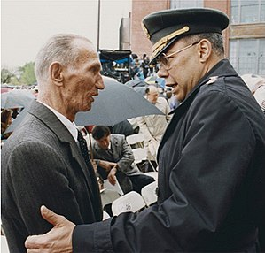 Jan Karski - Jan Karski with General Colin Powell at the opening of the United States Holocaust Memorial Museum