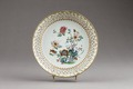 Kinesiskt blommigt fat i porslin - Hallwylska museet - 95731.tif