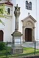 Kostel svatého Jana Nepomuckého, Podolí - sloup u vchodu.jpg