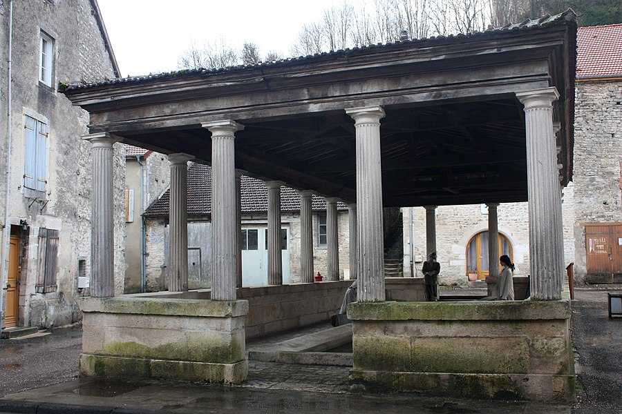 English:  Wash house built in 1833 by the architect Chaussier Chaumont, in a neo-greek style.