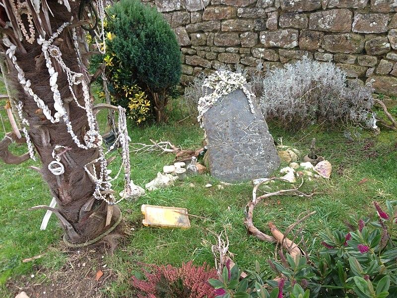 Tombe du navigateur Bernard Moitessier dans le cimetière du Bono.