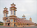 Le grand temple du Caodaïsme (Tay Ninh) (6575964971).jpg