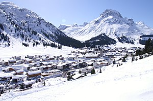 Omeshorn (2557 m) rechts, südlich über Lech am Arlberg im Lechquellengebirge in Vorarlberg, links des Omeshorns führt das Tal des Zürsbaches nach Zürs und weiter zum Flexenpass, ganz links der Rüfikopf