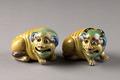 Liggande (Bhuddist) lejon gjorda i Kina på 1800-talet - Hallwylska museet - 95442.tif