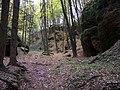 Mšeno, cesta z údolí Kačina do Romanova, skály.jpg