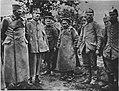 M 107 8 prisonniers bulgares allemands devant officiers Serbes.jpg