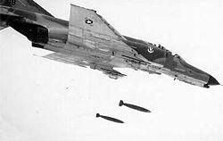 Amerikai F-4E Phantom II Mk 82 légibombákat old