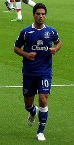 b0c77a56d Mikel Arteta, centrocampista dal 2005 al 2011, indossa il Royal Blue