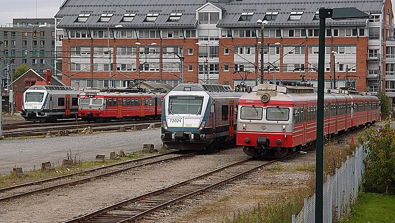 Fil:NSB Class 69 and 72 in Drammen.jpg