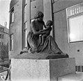 Norjalaisen kuvanveistäjän J Sörensen-Ringin veistos Äityiyden ilo (La joie de la maternité) Villa Ensin, Ensi-sairaalan, pääoven vasemmalla puolella - N2078 (hkm.HKMS000005-000001in).jpg