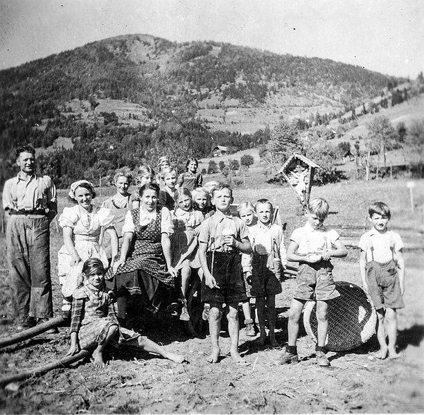 https://upload.wikimedia.org/wikipedia/commons/thumb/7/7c/Obermillstatt_Kartoffelernte_beim_Bartl_1942.jpg/612px-Obermillstatt_Kartoffelernte_beim_Bartl_1942.jpg