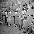 Paasviering. Cordon van politie bij toegang van de Heilige Graf kerk, Bestanddeelnr 255-5237.jpg