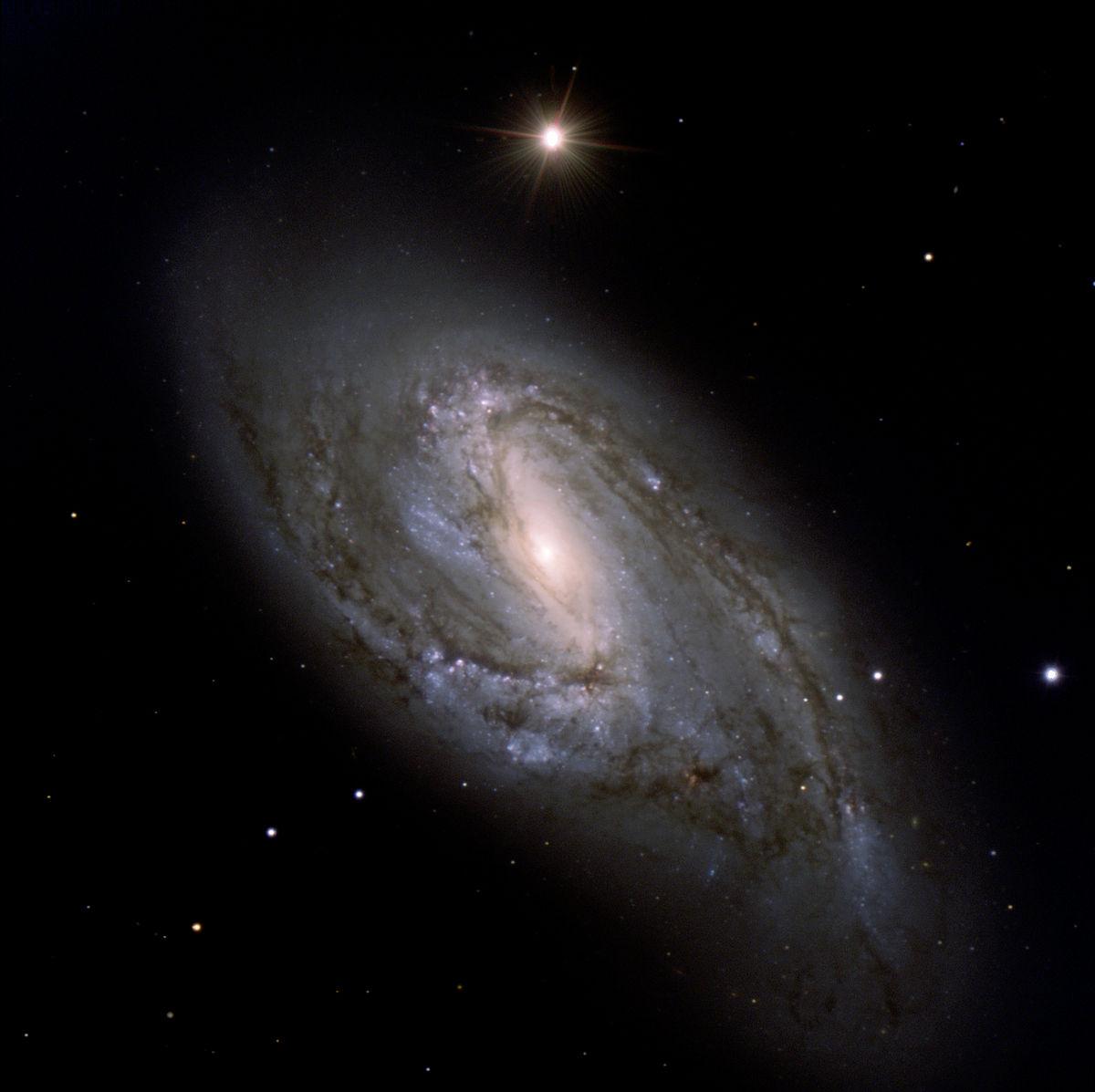 ESO: Aufnahme des Very Large Telescopes von Messier 66. Der helle Stern unmittelbar oberhalb trägt die Bezeichnung BD+13°2389 / SAO99560.