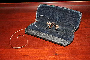 Pince-nez - Hard bridge pince nez glasses with chain and earhook