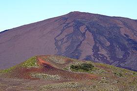 Le sommet vu depuis le morne Langevin, avec le piton Rouge au premier plan.