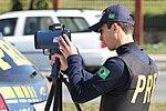 Policiais rodoviários federais operam radar móvel na Linha Verde, em Curitiba (29099447861).jpg