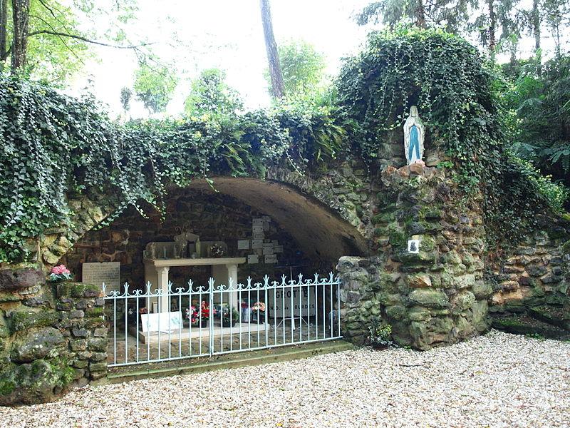 Pourrain (Yonne, France); fausse grotte à usage d'oratoire marial, érigée en 1954 (de l'ère chrétienne).