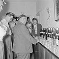 Proeverij bij een wijnboer in Kröv, Bestanddeelnr 254-3924.jpg