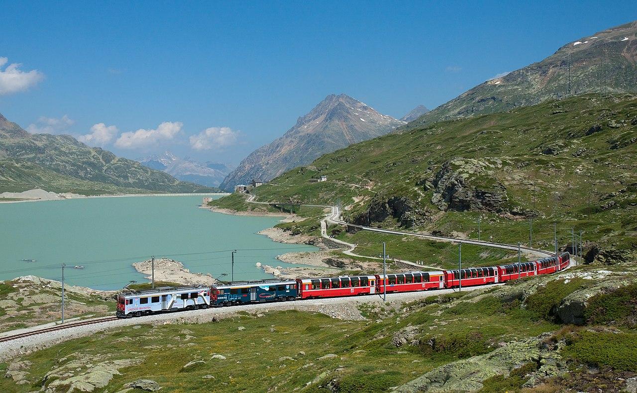 Bernina express en el Lago Bianco
