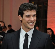 Roberto Bolle a Sanremo 2016 Teatro Ariston sulle note di We will rock