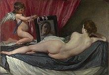 Realisma pentraĵo de nuda virino vidita de malantaŭ, kliniĝante sur sofo. Ŝi rigardas she reflektadon en spegulo tenita fare de pafvundita infano.