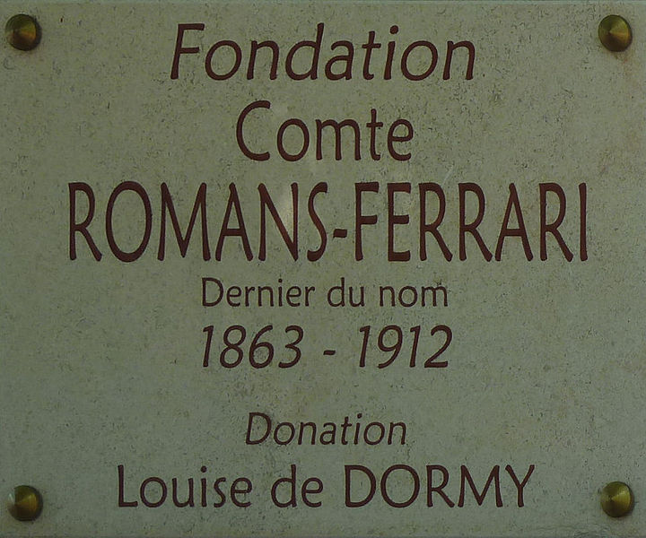 Plaque à la grille de l'entrée de la basse cour du château de Romans (Ain) (Fondation Comte Romans-Ferrari)