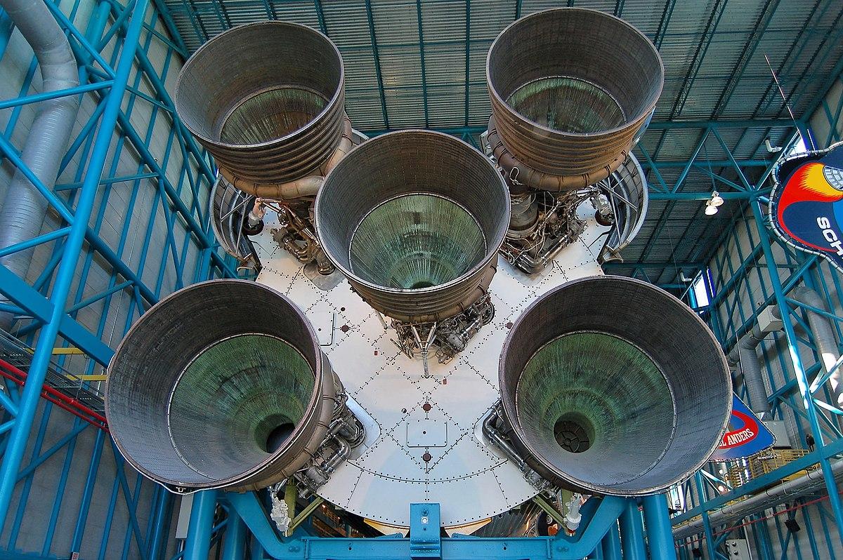 https://upload.wikimedia.org/wikipedia/commons/thumb/7/7c/Saturn_V_Rocket_Booster.jpg/1200px-Saturn_V_Rocket_Booster.jpg