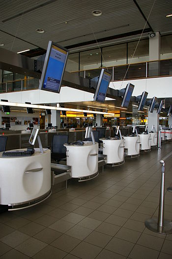English: Deserted check-in stations as Schipho...