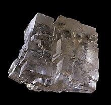 Tipica sfaldatura cubica di un cristallo di salgemma