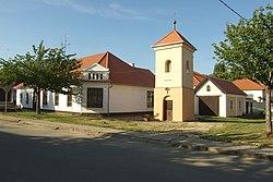 Sobotovice - Bývalá obecní hospoda, zvonička, a bývalá hasičská zbrojnice.jpg