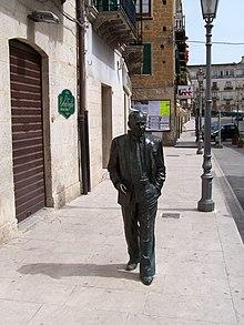 Andrea Camilleri, serie del comisario Montalbano  220px-Statua_sciascia