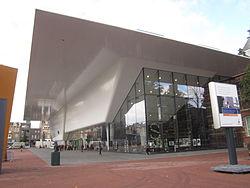 Wit en glazen gebouw