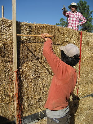 English: Building a straw-bale house Français ...