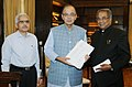 T.K. Viswanathan presenting its report to the Union Minister for Finance, Corporate Affairs and Information & Broadcasting, Shri Arun Jaitley, in New Delhi. The Secretary, Department of Economic Affairs.jpg