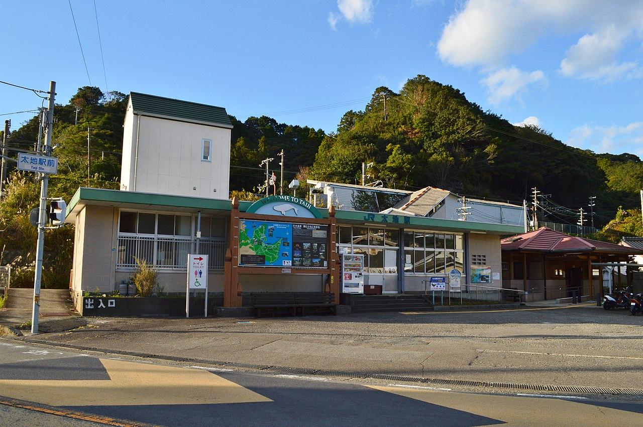 駅舎(右上に駅ホーム)