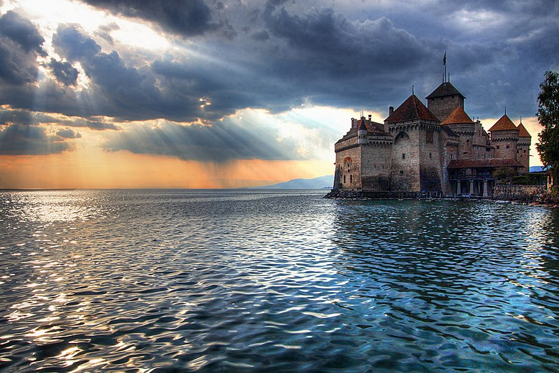 Файл:The Sun Sets on Chateau de Chillon.jpg