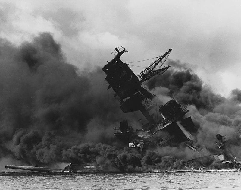 البارجة يو إس إس أريزونا تشتعل بها النيران بعد الهجوم الياباني على ميناء بيرل هاربر.