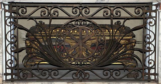 https://upload.wikimedia.org/wikipedia/commons/thumb/7/7c/Urna_settecentesca_con_la_graticola_di_san_lorenzo_02.JPG/640px-Urna_settecentesca_con_la_graticola_di_san_lorenzo_02.JPG