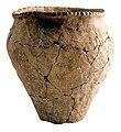 Urne uit de Hilversum-Drakensteintraditie in handgevormd aardewerk, 1100 tot 900 VC, vindplaats- Neerharen-Rekem, Het Kamp (Hangveld), 1984, collectie Gallo-Romeins Museum Tongeren, 84.RE.12.jpg