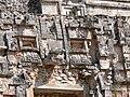Uxmal - Pyramide des Zauberers 12 Ornamente am oberen Tempel.jpg