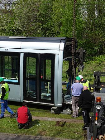 Valenciennes & Anzin - Déraillement de la rame de tramway n° 17 à la sortie du dépôt de Saint-Waast le 11 avril 2014 (040).JPG