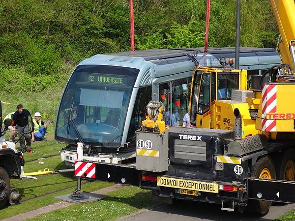 Valenciennes & Anzin - Déraillement de la rame de tramway n° 17 à la sortie du dépôt de Saint-Waast le 11 avril 2014 (080).JPG